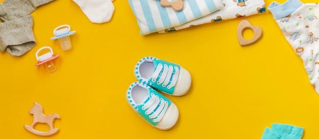 Acessórios de bebê para recém-nascidos em uma superfície colorida