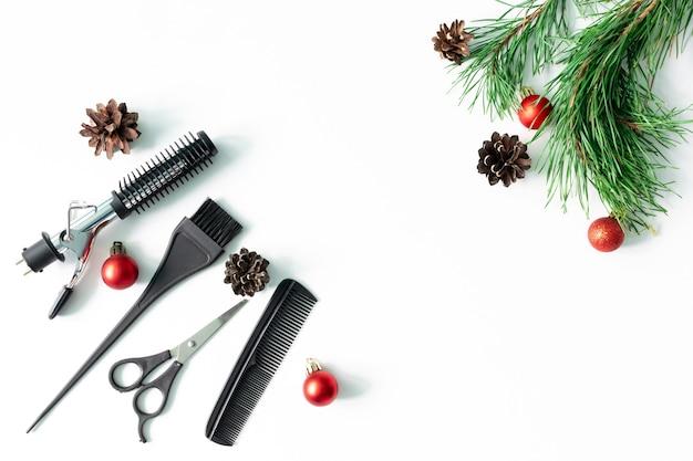 Acessórios de cabeleireiro, tesouras, ferramentas com decorações de natal. postura plana