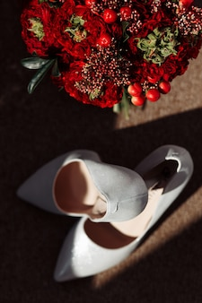 Acessórios de casamento bouquet de noiva e sapatos de noiva