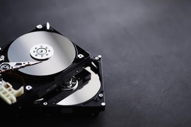 Acessórios de computador. o disco rígido desmontado. reparação de componentes do pc. disco rígido externo quebrado. plano de fundo do computador. Foto Premium