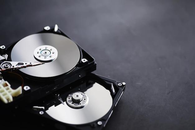 Acessórios de computador. o disco rígido desmontado. reparação de componentes do pc. disco rígido externo quebrado. plano de fundo do computador.