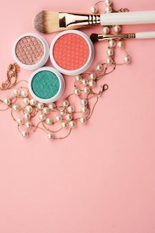 Acessórios de cosméticos profissionais em fundo rosa