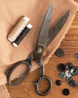 Acessórios de costura de vista superior com tesoura