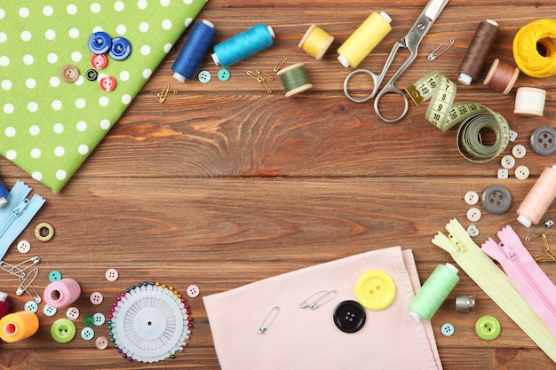 Acessórios de costura diferentes em cima da mesa