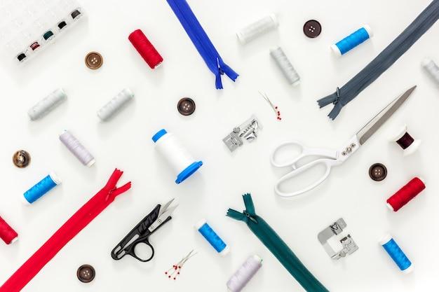 Acessórios de costura e material de costura. carretéis de linha, tesoura e centímetro