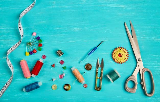 Acessórios de costura em superfície azul Foto Premium