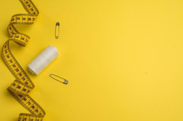 Acessórios de costura em um fundo branco. conjunto de material de costura.