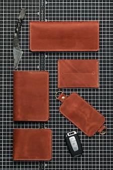 Acessórios de couro feitos à mão, combinados em uma cor, moda, porta-chaves, carteira, porta-cartões de visita na cor marrom-avermelhada.