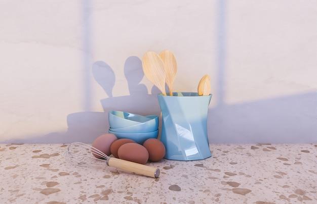 Acessórios de cozinha com ovos e janela iluminando o cenário
