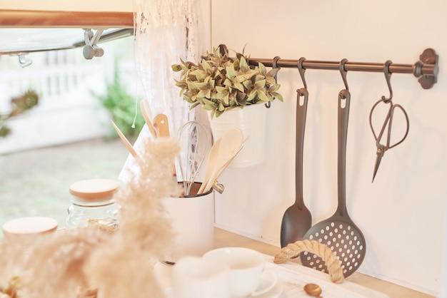 Acessórios de cozinha em uma casa móvel