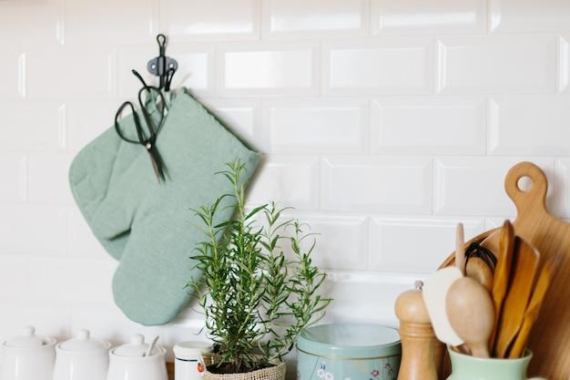 Acessórios de cozinha em uma parede de tijolos de cerâmica