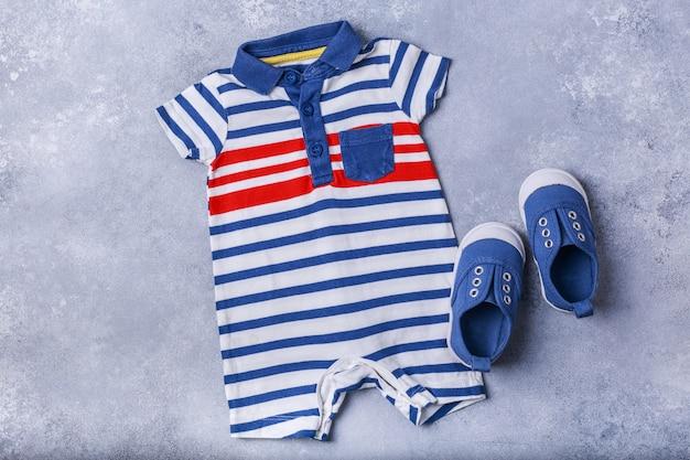 Acessórios de criança pequena ou bebê menino na superfície cinza