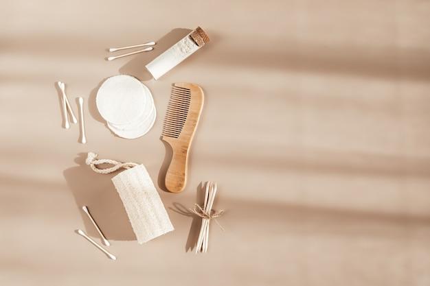Acessórios de cuidados corporais sustentáveis sobre fundo bege. zero desperdício, conceito de produtos de cuidados da pele sem plástico. camada plana, vista superior