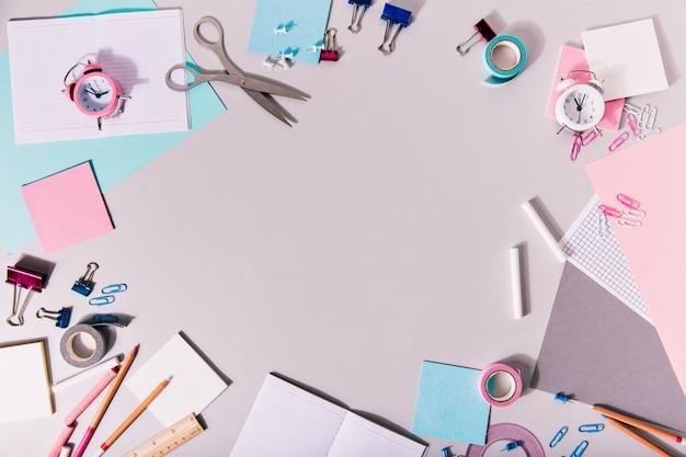 Acessórios de escrita feminina escolar e outros artigos de papelaria formam um círculo