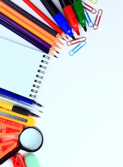 Acessórios de escritório e de estudante em um conceito de volta às aulas em branco