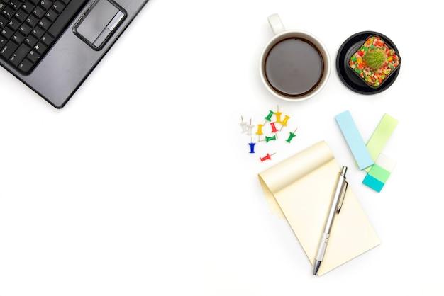 Acessórios de escritório em fundo branco com copyspace