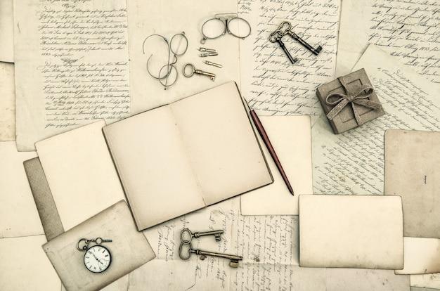 Acessórios de escritório vintage, livro, cartas manuscritas