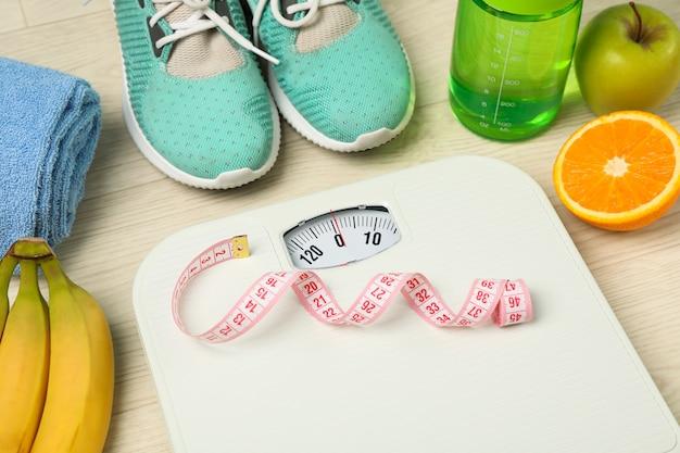 Acessórios de estilo de vida saudável em fundo branco, espaço para texto