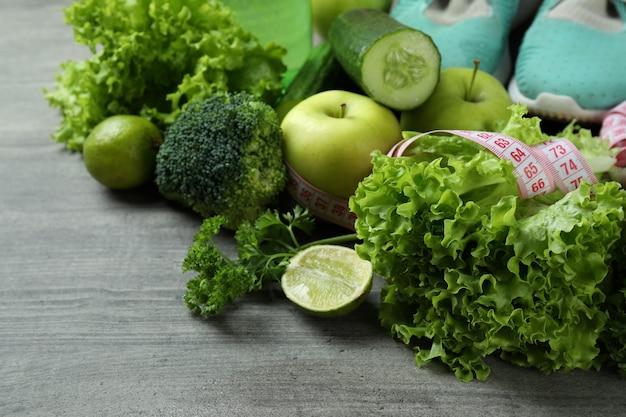 Acessórios de estilo de vida saudável em plano de fundo texturizado cinza