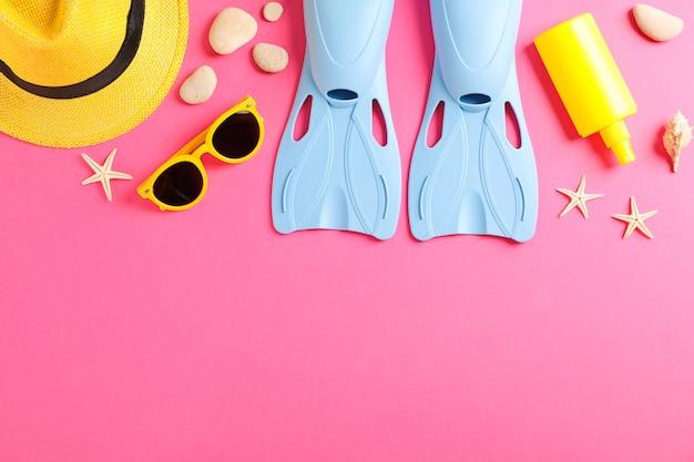 Acessórios de férias do mar na mesa amarela