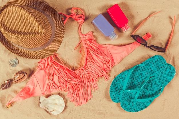 Acessórios de férias na praia de areia