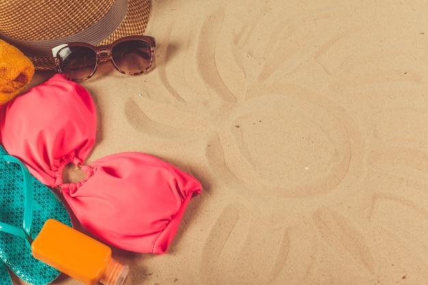 Acessórios de férias no fundo da praia de areia