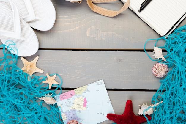 Acessórios de férias para viagem na mesa de madeira