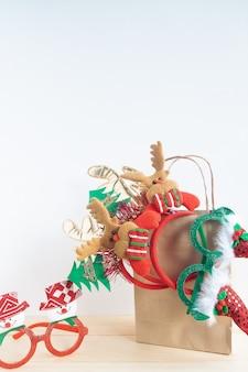 Acessórios de festa de natal em sacola de compras