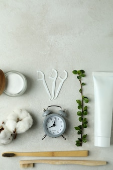 Acessórios de higiene bucal em branco texturizado
