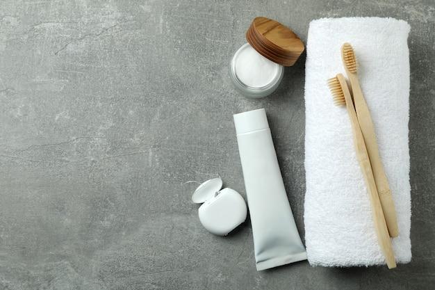 Acessórios de higiene bucal em cinza texturizado