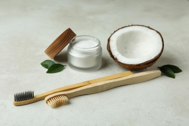 Acessórios de higiene bucal em fundo branco texturizado