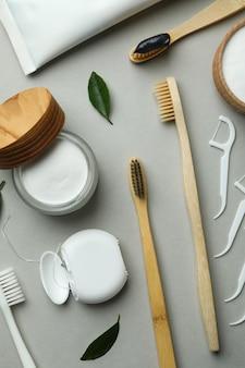 Acessórios de higiene bucal em fundo cinza