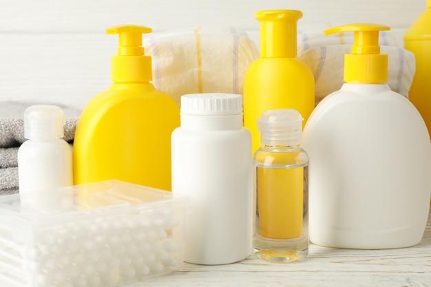 Acessórios de higiene do bebê na parede de madeira branca