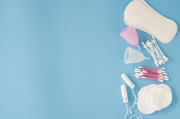 Acessórios de higiene feminina. conceito de higiene feminina durante a menstruação.