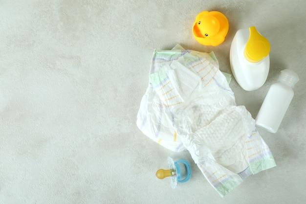 Acessórios de higiene para bebês em mesa texturizada branca