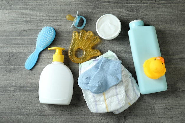 Acessórios de higiene para bebês em mesa texturizada cinza