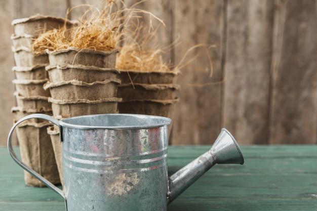 Acessórios de jardinagem em um fundo de madeira rústico