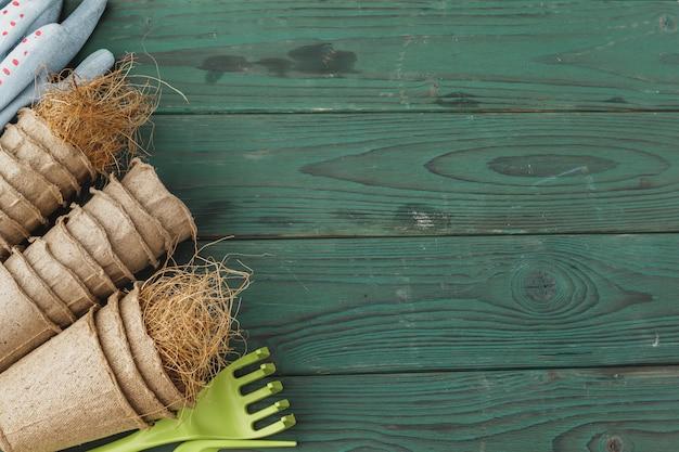 Acessórios de jardinagem em um rústico de madeira