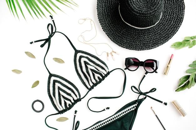 Acessórios de maiô de biquíni de verão feminino colagem em branco com chapéu, ramos verdes, colar e óculos de sol.