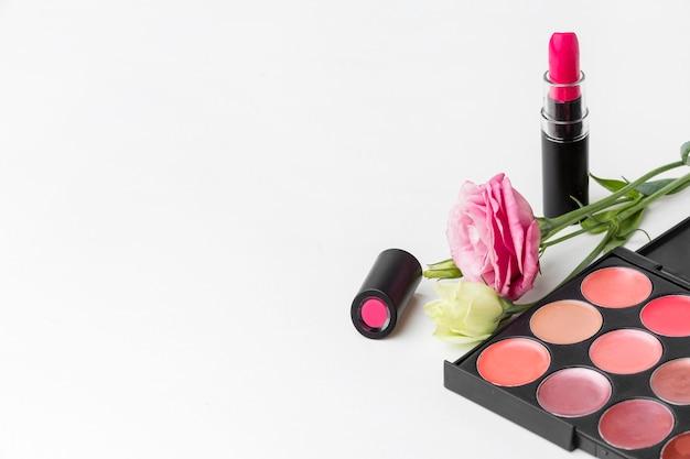 Acessórios de maquiagem de close-up com espaço para texto