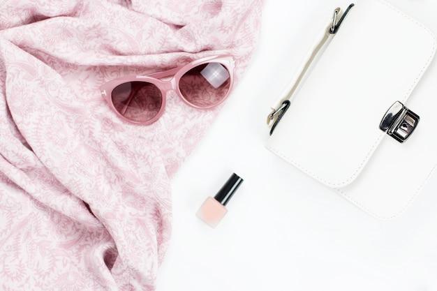 Acessórios de moda e beleza de mulher - bolsa, óculos escuros, cachecol, cosméticos. coleção de moda conceito primavera.