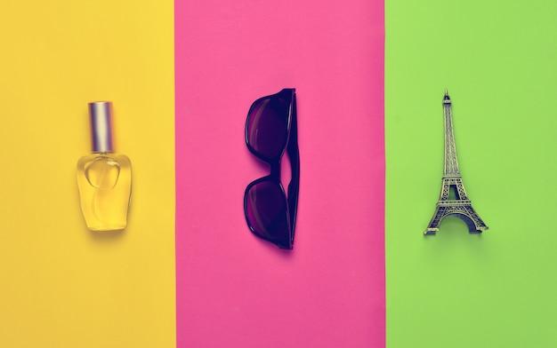 Acessórios de moda e lembranças em um papel colorido.