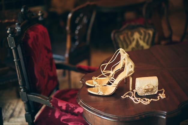 Acessórios de moda feminina de luxo, sapatos de salto dourado, bolsinha de noite, estilo elegante, estilo vintage, sapatos de sandálias
