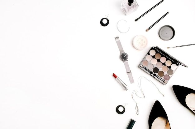 Acessórios de moda feminina e cosméticos. chapéu, sapatos, paleta, batom, relógios, pó sobre fundo branco