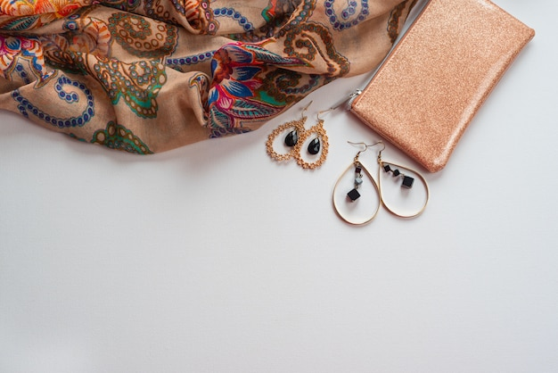 Acessórios de moda feminina em branco