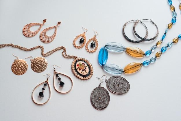Acessórios de moda feminina em conjunto de colar de brincos de jóias brancas