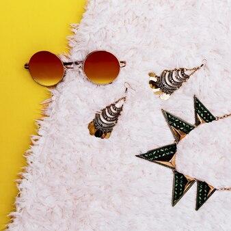 Acessórios de moda hippie. óculos de sol e joias.