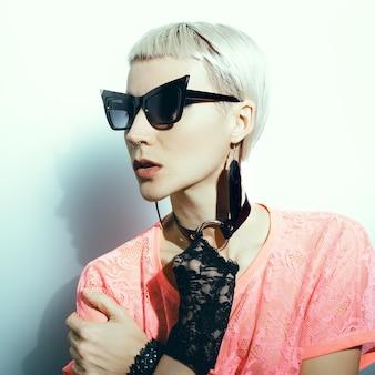 Acessórios de moda loira elegante. óculos de sol e joias.