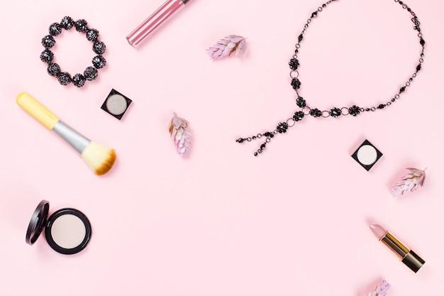 Acessórios de moda mulher, joias e cosméticos em fundo rosa. configuração plana