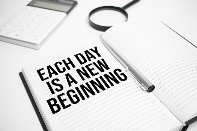 Acessórios de negócios, calculadora, relatórios e lupa com texto cada dia é um novo começo